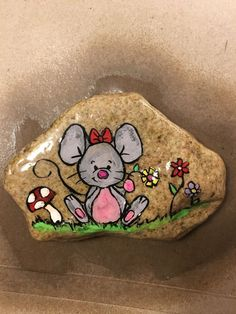 Gemalter Felsen - nette Maus - You are in the right place about stone people Here we offer you the most beautiful pi Easy Flower Painting, Rock Painting Ideas Easy, Rock Painting Designs, Paint Designs, Pebble Painting, Car Painting, Pebble Art, Stone Painting, Painted Rock Animals