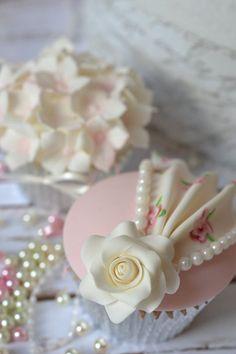 queenbee1924:  Flower Cupcakes | Cupcakes ❤ | Pinterest)