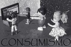 Estampa camiseta - Conceito consumismo - Zumbi - TV - Bonecos - Fotografia - Atualidade - Pri Emanuella Fotografia Conceitual