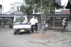 【境内清掃】平成23年9月10日、例大祭を前に、神社役員や神社奉仕関係者の皆さんと境内清掃を行いました。