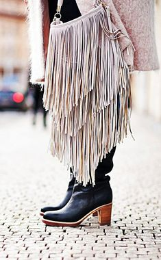 Bolsos - Bags - outfits inspired by interiors Fringe Handbags, Fringe Purse, Fringe Bags, Boho Gypsy, Bohemian Style, Boho Chic, Bohemian Bag, Fashion Boots, Boho Fashion