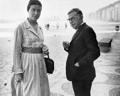 Simone de Beauvoir e Jean-Paul Sartre sul lungomare di Copacabana, a Rio de Janeiro, nel settembre del 1960.