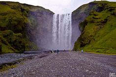 Skógarfoss,Iceland.    Skogarfoss, es una cascada, situada en el sur de Islandia, en los acantilados de la antigua costa.  Fotografía de Lundur.
