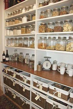 Si la despensa es profunda usar cajas o cestas para agrupar alimentos, (snacks, cereales, desayunos, endulzantes y aditivos de repostería......) procurar que no lleguen a tener demasiado peso para poder sacarlos fácilmente y tener acceso rápido al contenido.