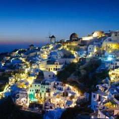 Vistas impresionante de #Santorini con sus luces que forman un marco magico.  Buenas noches!!! /////////////////////////////// #traveling  #buenasnoches #paraiso #bestoftheday #paradise #instagood #kaliníjta #sea #photooftheday #top #instatravel #nice  #travel #love  #hot  #cute #beautiful  #instadaily #instalike #nofilter #picoftheday #travellovers #goodnigth #summer #instago #follow4follow  #fun  #amazing #viajeros by los_viajes_de_pitu_oficial