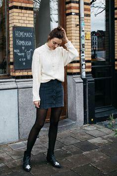 8 Ideias de looks para testar antes que o inverno termine. Suéter bege, saia de botões, meia calça, ankle boot