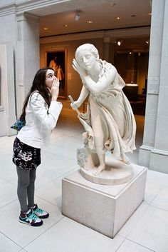 museum by arlene - bilder Stone Sculpture, Sculpture Art, Fun With Statues, Funny Statues, Funny Poses, Night At The Museum, Plastic Art, Boy Poses, Art Hoe