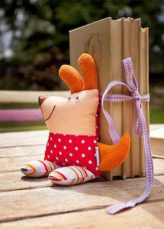 muñequito de tela relleno con arena es ideal para sostener los libros de cuentos!