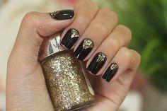 Nail Art com esmalte preto e glitter dourado!! Linda e fácil para fazer