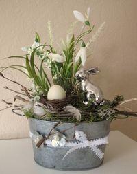 """**Ostergesteck** ovale Zinkwanne dekorativ """"bepflanzt mit Gräsern und weißen Blüten, Schneeglöckchen, einem Nest mit Ei, Federn, Spitzenband, Naturmaterial und einem allerliebsten,..."""