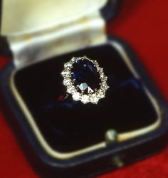 Princess Diana's engagement ring. If a man tries to propose to me without a ring that looks like this, I'm not gonna do it. @iflh you are in charge.