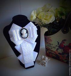 Галстуки, бабочки ручной работы. Ярмарка Мастеров - ручная работа. Купить Галстук-брошь. Handmade. Белый, камея с дамой Ribbon Jewelry, Ribbon Art, Fabric Ribbon, Ribbon Crafts, Fabric Flowers, Jewelry Art, Brooch Corsage, Women Bow Tie, Beaded Brooch