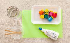 Técnica 'Cola colorida': você vai precisar de cola líquida, tinta guache, bandeja de isopor, água, palitos de madeira e folhas coloridas. Foto: Edu Cesar