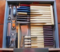 Wish i had enough knives to necessitate a knife rack. DIY Knife drawer out of wood and glue Diy Drawers, Kitchen Drawers, Kitchen Storage, Kitchen Organization, Kitchen Cabinets, Closet Organization, Cheap Kitchen, Diy Kitchen, Kitchen Design