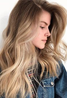 Honey blonde balayage with a dark blonde shadow root for a lived-in look, create. Honey blonde balayage with a d. Honey Balayage, Balayage Hair Blonde, Dark Blonde Ombre Hair, Blonde Dye, Brown Balayage, Bleach Blonde, Light Blonde, Blonde Color, Blonde Brunette
