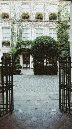 Garden near Place Vosges 🍃🍃