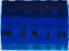 """Auch wenn er seine Werke meistens in Schwarz-Weiß hält, greift auch Mack manchmal in den Farbtopf: Sein Bild """"Brandung im Meer"""" (1988) erinnert an das leuchtende Ultramarin des Franzosen Yves Klein, der Zero nahestand und von dessen monochromen Bildern sich die Künstler anregen ließen."""