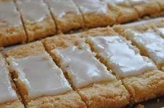 Hurtigtbagte fedtebrød med kokosmel og romglasur. Fyld kagedåserne op og server som gave, eller spis dem selv du og din familie. Kagerne vil være et hit i de fleste familier :-)