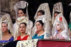 Mujeres luciendo mantillas Blancas Españolas en la corrida de toros