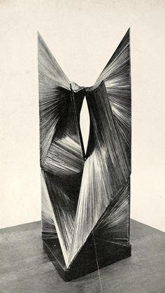 Ontwikkelend oppervlak ~ 1938 ~ Geöxideerd brons op een leistenen sokkel ~ © ADAGP, Paris and DACS, London 2016