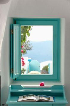 Uitzicht vanuit een raam op Santorini.