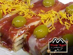 Aperitivos con pan de molde, jamón serrano, aceitunas y huevo rallado ;)