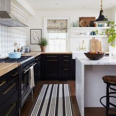 Prepping for Thanksgiving and wishing my kitchen looked like this, instead of the disaster it is right now ! Also head to Beckiowens.com for some mid-week best of sales picks.  via Paloma 81