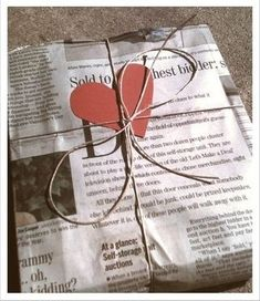 Newspaper Wrapping, my mom did the comics for us a lot. Pretty Packaging, Gift Packaging, Christmas Wrapping, Christmas Crafts, Diy Gifts, Best Gifts, Gift Wraping, Present Gift, Newspaper