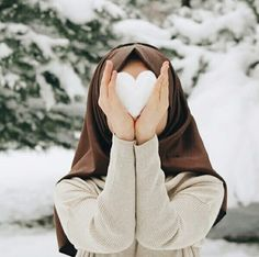 Girl Hold Snow heart winter Fb dp The post Girl Hold Snow heart winter Fb dp appeared first on Wallpaper DPs. Hijab Niqab, Muslim Hijab, Hijab Chic, Mode Hijab, Hijab Outfit, Anime Muslim, Beautiful Muslim Women, Beautiful Hijab, Hijabi Girl