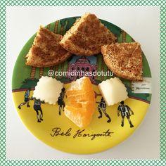 Café da manhã com pêra, mexerica e pão integral de frigideira