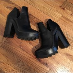 Super cute platform! Only worn once and in great condition. Zara Shoes Ankle Boots & Booties