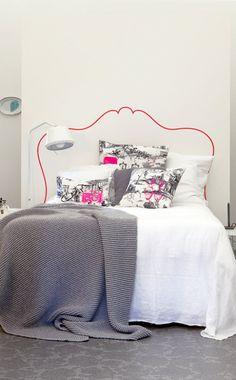 unusual headboard inspiration (via Sweet home 3 Bedrooms / superbe idee de tete… Cool Headboards, Faux Headboard, Painted Headboards, Pink Headboard, Headboard Decal, Home Bedroom, Bedroom Decor, Headboard Alternative, Deco Stickers