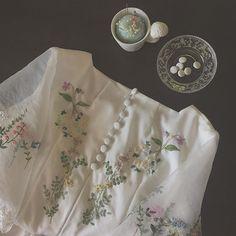 後ろの飾りボタンはくるみボタンで可愛いく😄まだまだ細かい所を手縫いで直していく作業があります…んー大変🙄 これからまたまた用事で表参道へ🙌🏻 今日は暑いから水分をこまめに摂取🚰 #刺繍#embroidery #手芸#handmadeart #ものづくり#dress #手しごと#handembroidery #handmade#手仕事 #手刺繍#embroidered #刺繍糸#ドレス #sewing#stitching #chiffon#antiquedress  #くるみボタン#flowerart  #holidaytime
