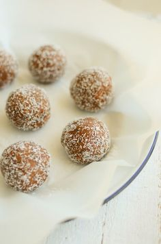 A great snack or afternoon treat these Sweet Potato Power Balls are full of flavour, combing cinnamon, cocoa and almond butter. Sugar Free Eating, Sugar Free Snacks, Sugar Free Recipes, Gourmet Recipes, Real Food Recipes, Snack Recipes, Yummy Food, Vegan Recipes, Paleo Vegan