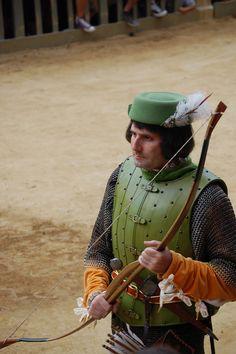 Corteo storico dell'Assunta 2008. Comparsa della Contrada della Selva: Uomo d'Arme. Foto tratta dal sito http://palio.be/