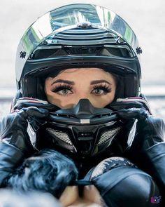 Eye biker - - Girls 'n Bikes - Motorrad Motorbike Girl, Motorcycle Helmets, Girl Bike, Lady Biker, Biker Girl, Super Bikes, Female Pilot, Moto Bike, Biker Chick