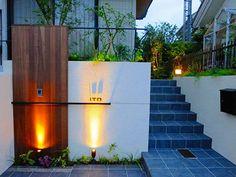 ウッドとアイアン、自然素材で彩るモダンオープンエクステリア06 ザ・シーズン Modern Japanese Architecture, Landscape Architecture Design, Landscape Walls, Dream House Plans, Modern House Plans, Compound Wall Design, House Gate Design, Modern Minimalist House, Marquise