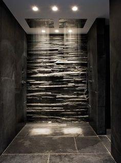 Regenwald-Dusche mit Fels-Wandverkleidung
