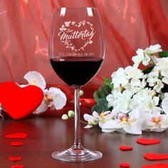 Eine wunderschöne Geschenkidee für Ihre Mama ist dieses Weinglas zum Muttertag mit Blumenherz und Wunschtext! Zeigen Sie Ihrer Mama mit diesem individuellen Muttertags-Präsent, was sie Ihnen eigentlich bedeutet.