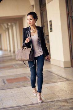 Puedes ir con jeans y zapatos de tacón para que se note más formal sin tener que usar pantalón sastre