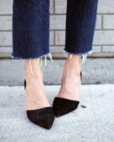 Les jeans aux rebords effilochés sont encore très en vogue cette saison!  Vous aimez ce style? #lookdujour #ldj #seems #denim #streetstyle #shoes #blackshoes #ootd #outfitideas #outfitinspo #inspiration #style #fallfashion #SwitchTesFripes #regram  @gabyburger