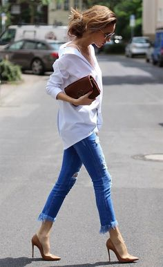 Street style look com camisa e jeans. White Shirt Outfits, White Shirt And Jeans, Casual Outfits, Fashion Outfits, Fashion Styles, Fashion Fashion, Fashion Tips, Style Désinvolte Chic, Style Casual