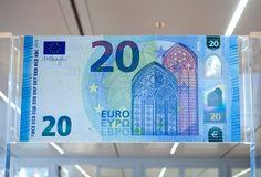 """El nuevo billete de 20 euros entrará en circulación el próximo 25 de noviembre de este año. Según ha recalcado hoy el BCE los billetes de euro son utilizados por 338 millones de personas de 19 países y tienen un """"valor facial combinado de un billón de euros""""."""