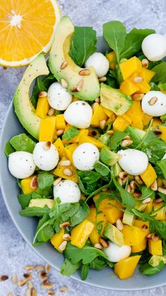 Rucola-Mango-Salat mit Pinienkernen, Avocado und Orangendressing Fruity arugula and mango salad with pine nuts, avocado and a quick orange dressing – food palate friend Raw Food Recipes, Cooking Recipes, Healthy Recipes, Diet Salad Recipes, Mozzarella Salat, Mango Salat, Clean Eating, Healthy Eating, Healthy Food