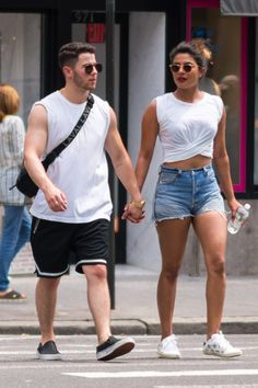 Priyanka Chopra & Nick Jonas - Go for a ride on Citibikes in NYC - July 2018 Indian Bollywood, Bollywood Stars, Bollywood Actress, Indian Film Actress, Indian Actresses, Cute Simple Outfits, Casual Outfits, Priyanka Chopra Hot, Celebrity Outfits