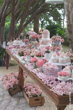 Rustic dessert tables for an outdoor wedding. Decoración de mesas de dulces para bodas al aire libre en rosa y blanco. Los cajones con flores terminan de darle el toque rústico.