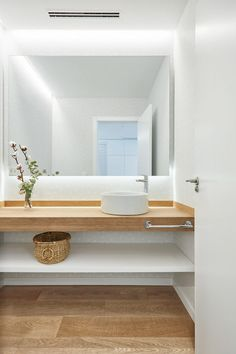 Small bathtub: inspiring models and photos - Home Fashion Trend Bathroom Interior Design, Bathroom Styling, Interior Design Living Room, Modern Bathroom, Small Bathroom, Mirror In Bathroom, Bathroom Plumbing, Wood Bathroom, Bathroom Layout
