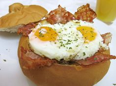 Eier im Körbchen Food Porn, Eggs, Breakfast, Ethnic Recipes, Fried Eggs, Browning, Basket, Morning Coffee, Egg