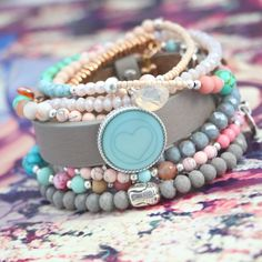 Kleurrijke sieraden met fijne details en turquoise natuursteen kralen