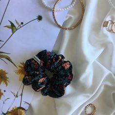 Colombies est un magnifique chouchou qui se porte en toute saison. C'est une création avec de délicat motif à fleurs. Il est chic et intemporel, c'est votre partenaire idéal. Scrunchies, Crochet Necklace, Creations, Chic, Fashion, Colombia, Pattern, Flowers, Shabby Chic